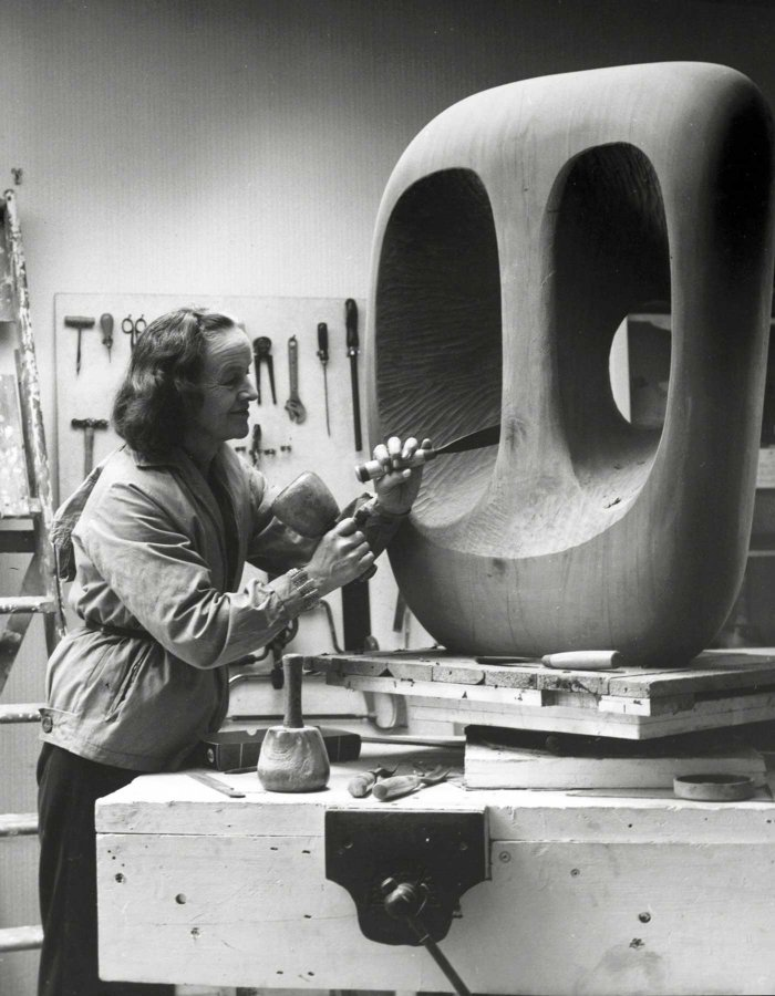 Barbara Hepworth in the Palais de Danse studio, St Ives, at work on the wood carving »Hollow Form with White Interior«, 1963 © Bowness, photo: Val Wilmer