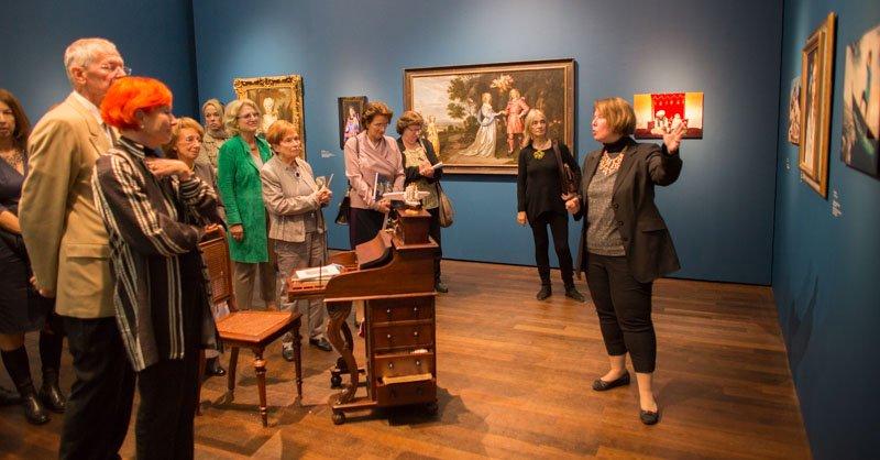A guided tour through the exhibition »Menschenskinder« with curator Susanne Blöcker © Arp Museum Bahnhof Rolandseck, photo: Herbert Piel