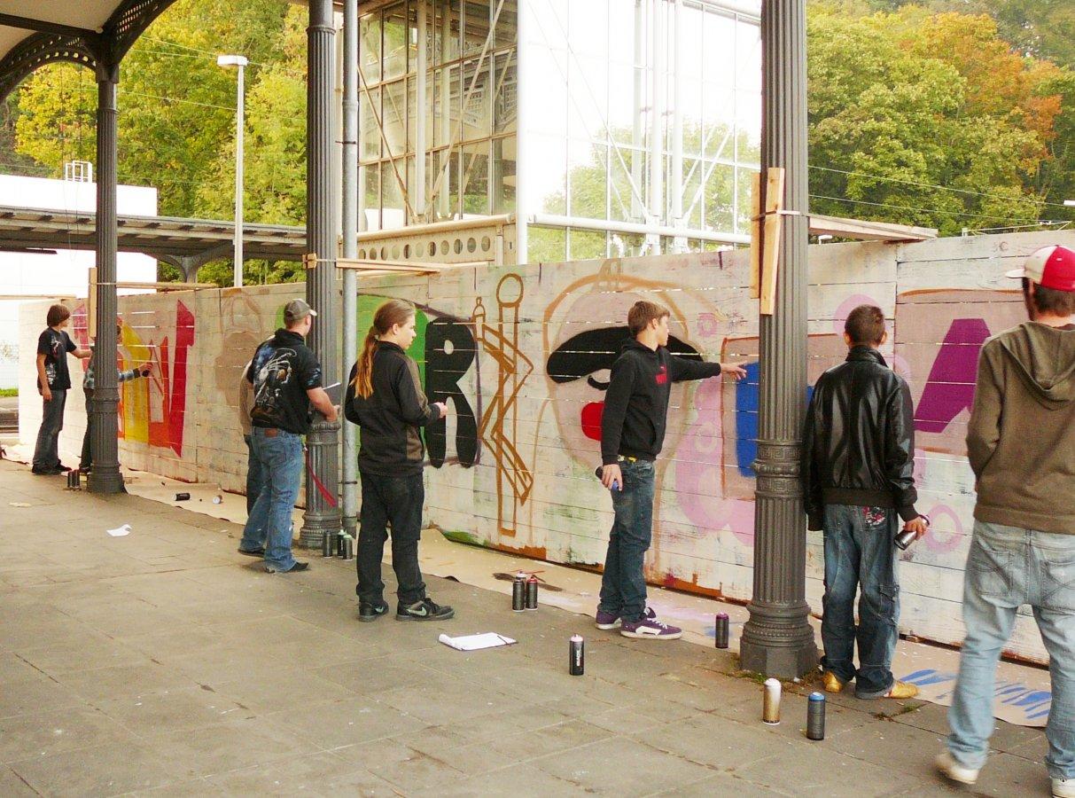 Jugendliche bei einem Graffiti-Workshop © und Foto: Arp Museum Bahnhof Rolandseck