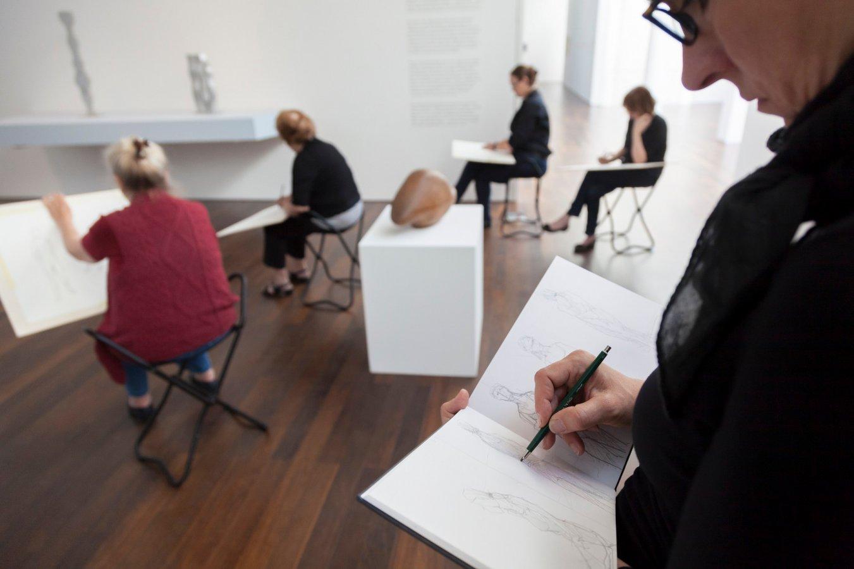Zeichnen in der Ausstellung mit der Künstlerin Franca Perschen © und Foto: Helmut Reinelt