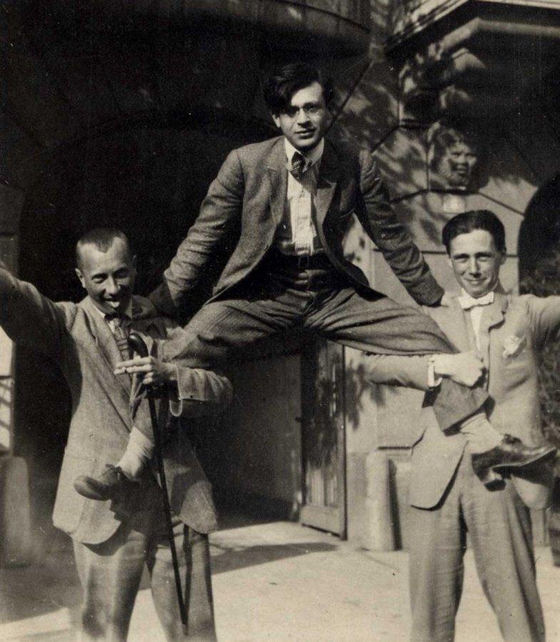 Hans Arp, Tristan Tzara, Hans Richter vor dem Hotel Elite, Zürich 1918 © Stiftung Arp e.V. Rolandswerth / Berlin, unbekannter Fotograf