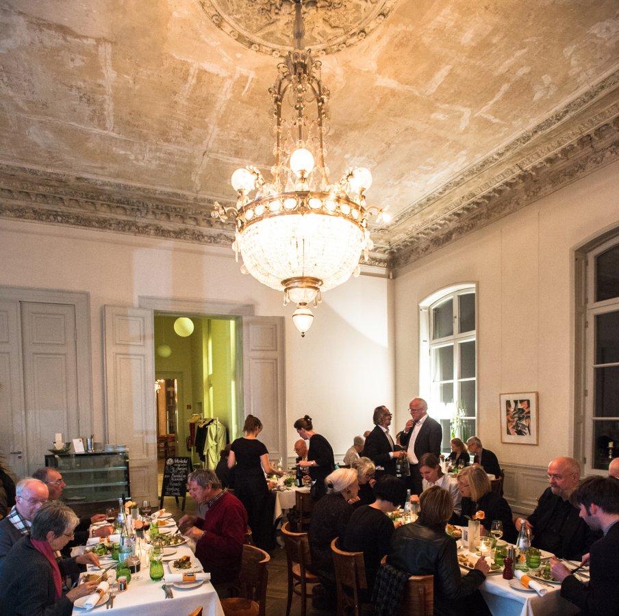 Dinner bei der Preview der Ausstellung »Der Max ist da!« mit dem Förderverein des Max Ernst Museums Brühl (Detail) © Arp Museum Bahnhof Rolandseck, Foto: Lothar Kornblum