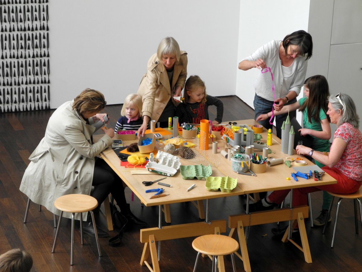 Familienworkshop in der Lobby © und Foto: Arp Museum Bahnhof Rolandseck