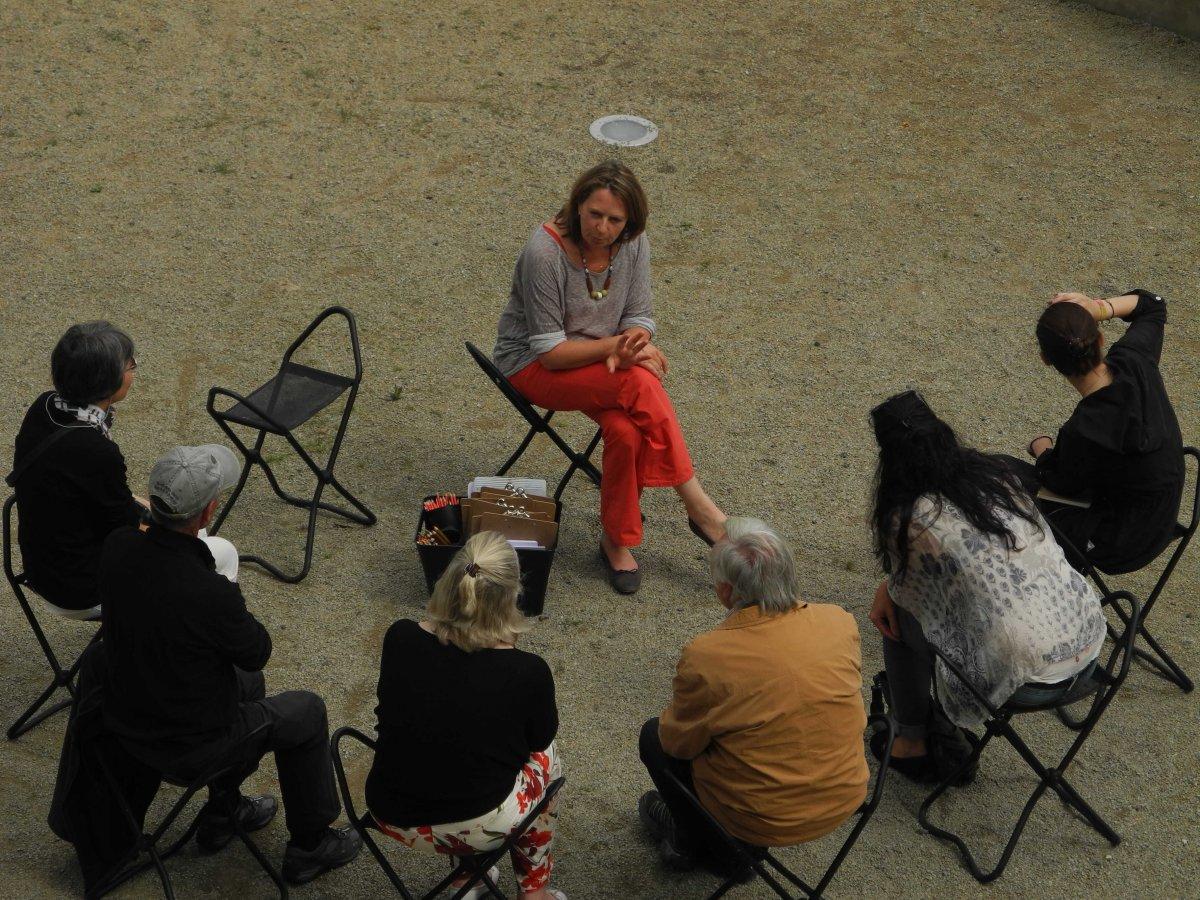 Kunsttherapeutin Silke May mit einer Gruppe vor dem Arpmuseum © Arp Museum Bahnhof Rolandseck