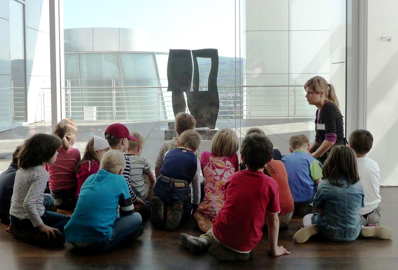 Kindergartengruppe bei einer Führung © und Foto: Arp Museum Bahnhof Rolandseck