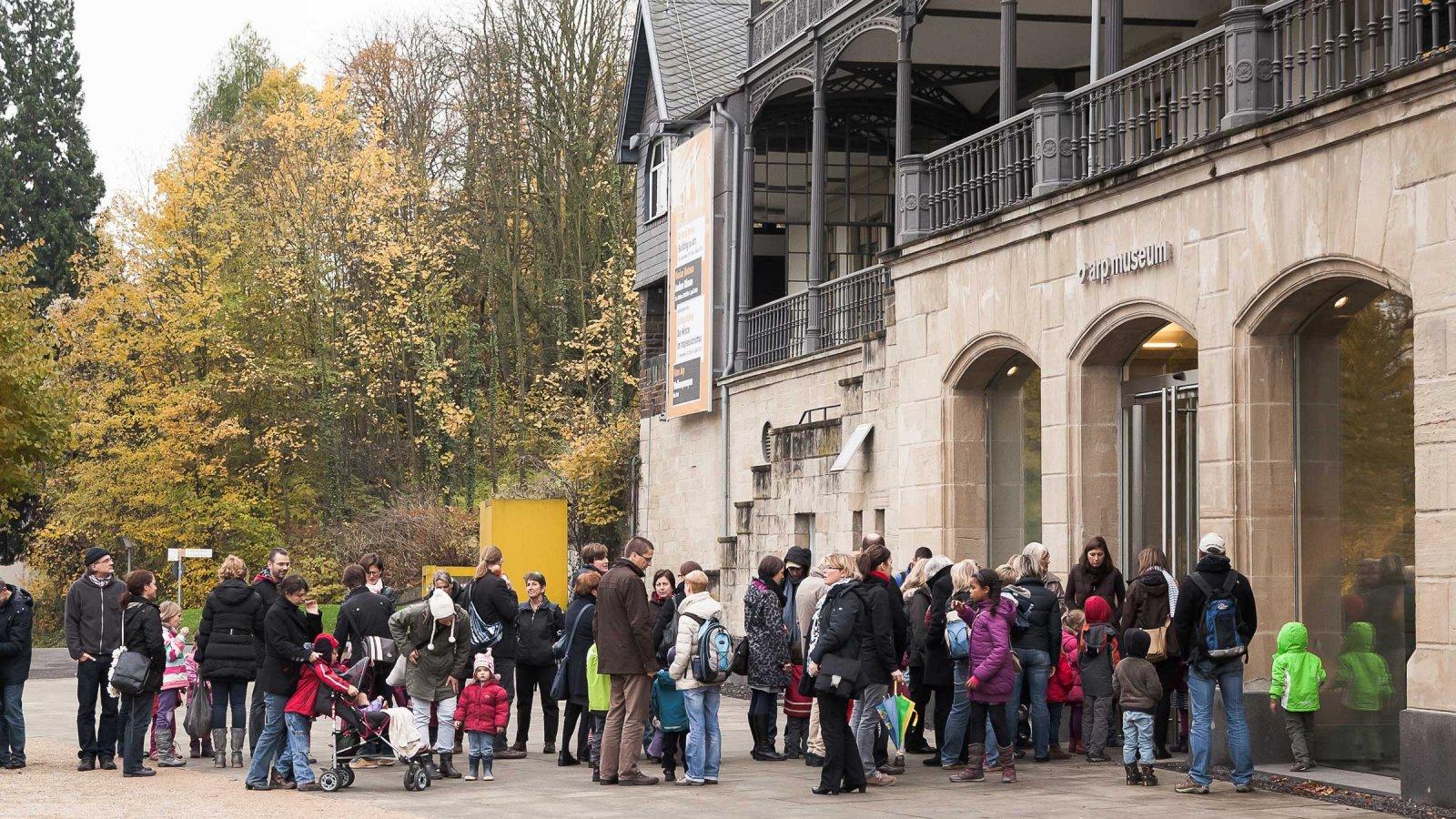 Besucherschlange vorm Eingang des Museums © Arp Museum Bahnhof Rolandseck, Foto: Sebastian Frankowski