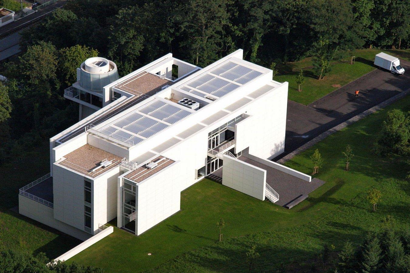 Der Richard Meier-Bau aus südwestlicher Richtung © Foto: Wolkenkratzer Luftbildfotografie, Wikipedia