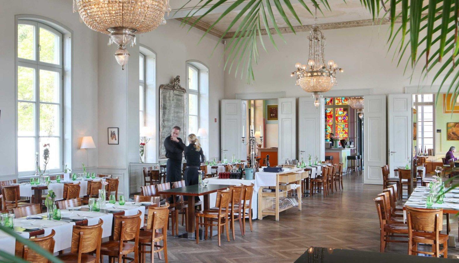 Der eingedeckte Festsaal des Bahnhof Rolandseck mit Blick auf Glasausmalung des Künstlers Anton Henning im Bistro Interieur No. 253 © Bistro Interieur No. 253, Foto: Sabine Walczuch
