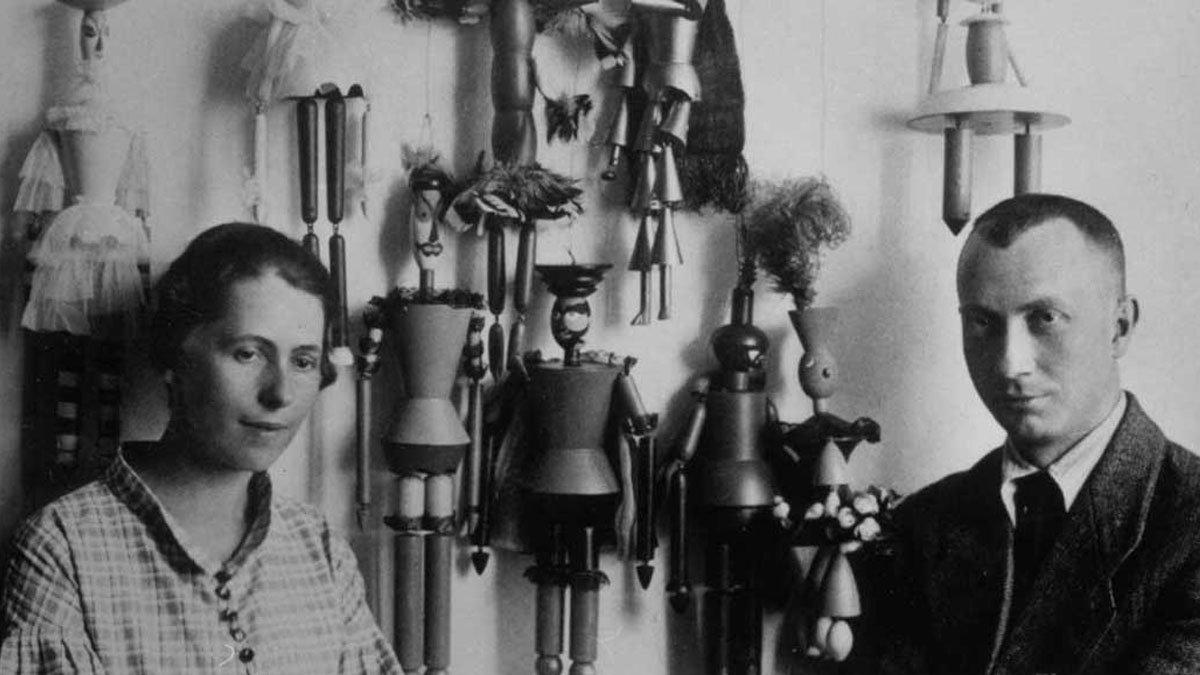 Sophie Taeuber-Arp und Hans Arp vor den Marionetten zu »König Hirsch«, Zürich 1918 © Archiv Fondazione Marguerite Arp, Locarno