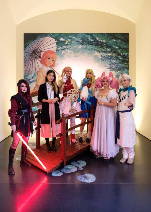 Cosplayerinnen und Christina Zhu auf Monetbrücke